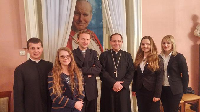 Ks. Przemysław Podobiński (pierwszy z lewej) i Marta Bąk (druga od prawej) to nasi parafialni działacze zaangażowani w organizację Światowych Dni Młodzieży na szczeblu parafialnym {fot. ks. Marian Kostrzewa}