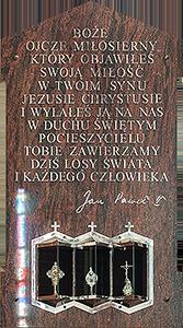 Tablica z tekstem modlitwy papieskiej i relikwiarzami z relikwiami Św. Siostry Faustyny, Bł. Jana Pawła II i Bł. ks. Michała Sopoćki